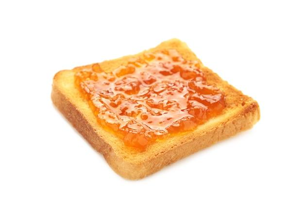 Toast con marmellata isolati su sfondo bianco. vista dall'alto