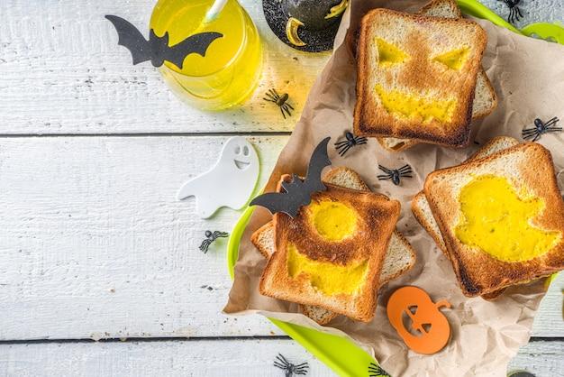Toast con uova strapazzate a forma di mostri di halloween