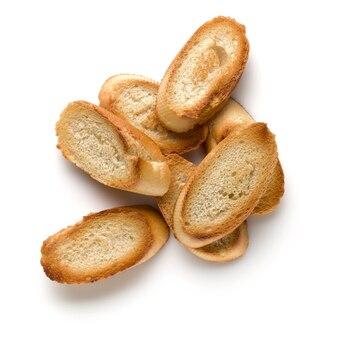 Fette di baguette tostate isolate su fondo bianco da vicino. crostini, crostini. vista dall'alto.