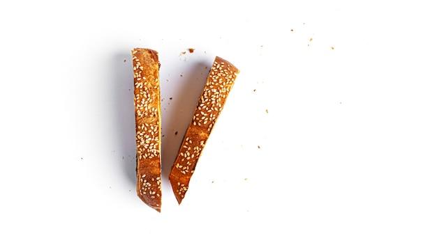 Pane tostato su sfondo bianco. foto di alta qualità