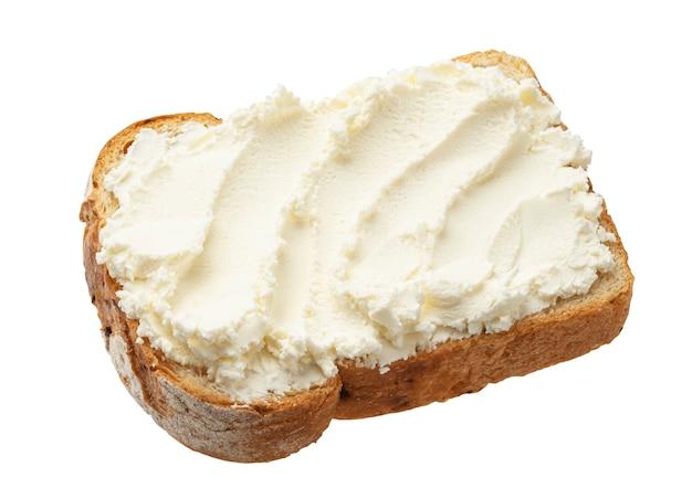 Pane tostato con crema di formaggio isolato su sfondo bianco