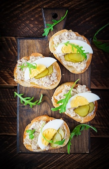 Pane tostato con mousse di baccalà su tagliere di legno