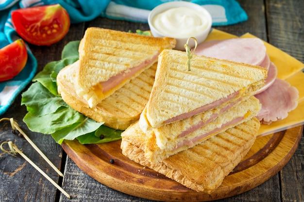 Doppio panino tostato con prosciutto