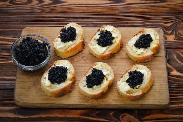 Toast con caviale nero. spase per testo o design.