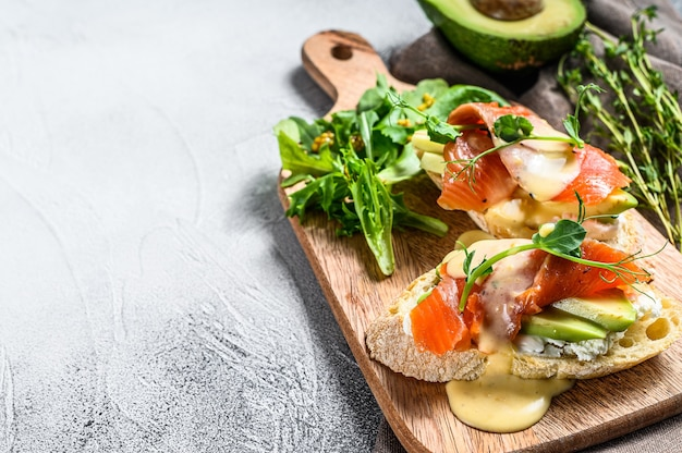 Toast con avocado e salmone affumicato. sfondo bianco.