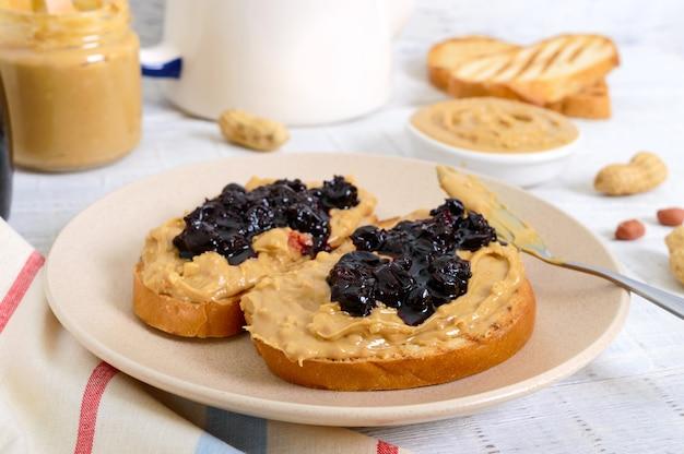 Toast con burro di arachidi e marmellata di frutti di bosco