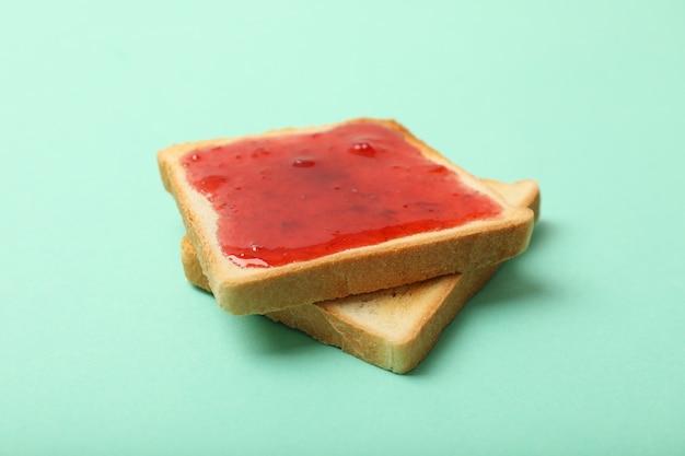 Toast con marmellata di fragole sulla menta, da vicino