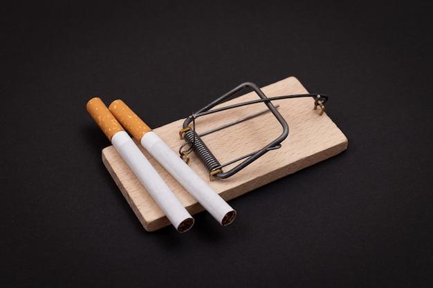 Sigarette per la dipendenza da tabacco in trappola per topi di legno