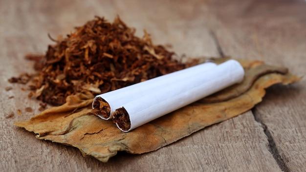 Tabacco e sigaretta su superficie di legno