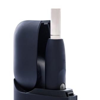 Sistema di riscaldamento del tabacco su superficie bianca. alternativa alle sigarette tradizionali