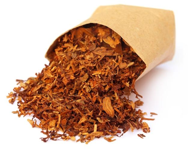 Tabacco per fare la sigaretta su sfondo bianco