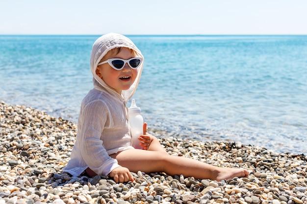 Bambino felice bambino sorride sul mare in estate