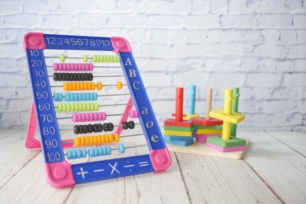 Bambino che gioca con il conteggio del giocattolo per l'apprendimento della matematica