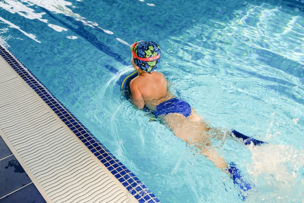 Allenamento di nuoto per bambini in piscina