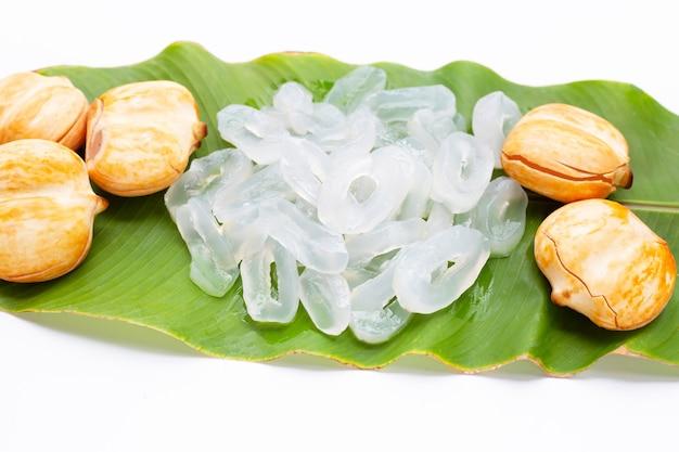 Toddy palm con fette su foglia verde