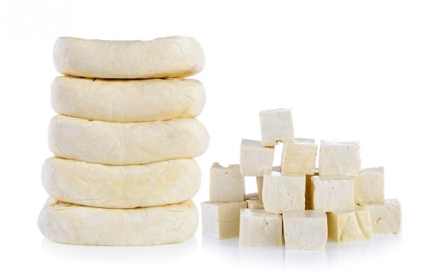 Tofu isolato su sfondo bianco