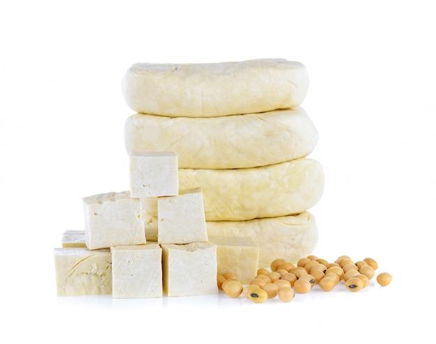 Tofu e soia isolati su fondo bianco