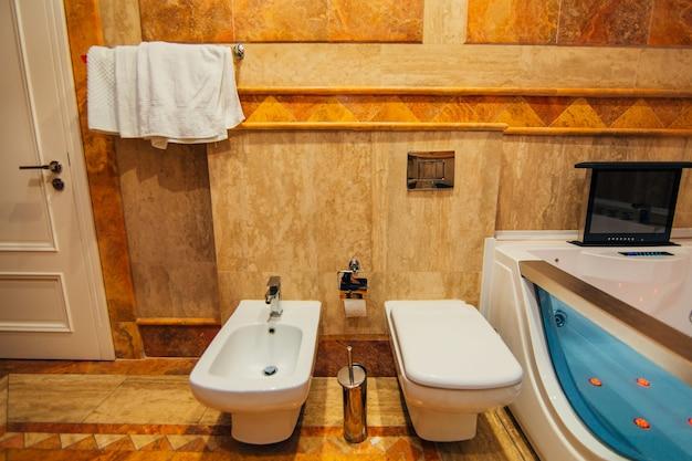 La toilette in bagno l'interno di un bagno