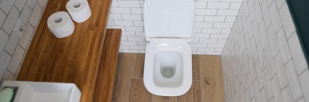 Stalla della tazza del water in primo piano interno del bagno moderno