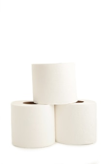 Primo piano della carta igienica isolato su bianco