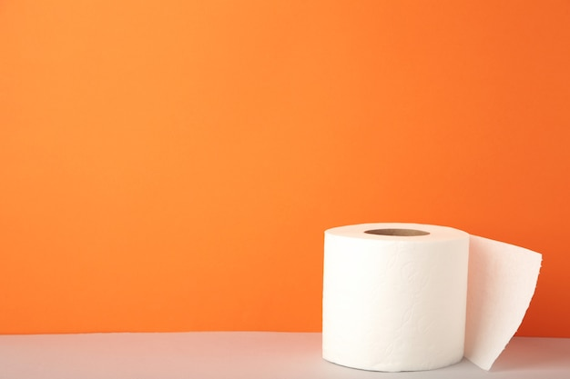Primo piano della carta igienica sull'arancia