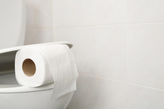 La carta igienica è sullo sciacquone di casa.