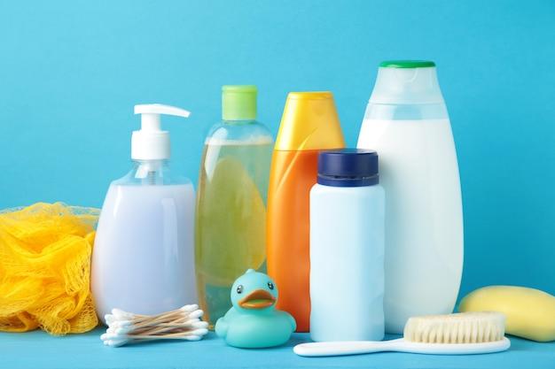 Articoli da toeletta bambino sulla parete blu. gel doccia per bambini. vista dall'alto