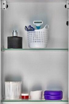 Articoli da toeletta e articoli per l'igiene sulla mensola a muro in bagno.