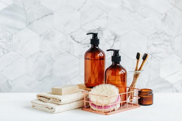 Tubo da toeletta all'interno di un bagno, gel doccia, shampoo e spazzolini da denti in bambù.