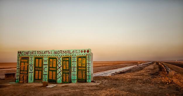 Complesso di servizi igienici sulle rive del lago salato chott el jerid tunisi
