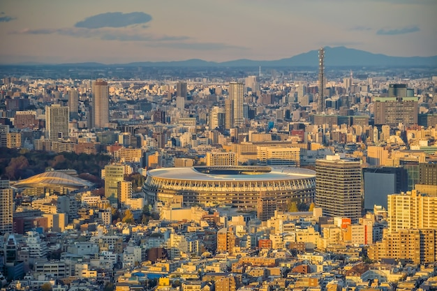 Tokyo, giappone - 5 dicembre 2019: il nuovo stadio nazionale, lo stadio olimpico di tokyo, giappone dalla vista dall'alto al tramonto