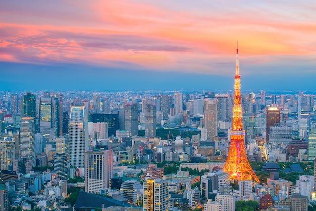 Orizzonte di tokyo con la torre di tokyo al crepuscolo in giappone