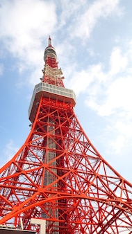 Tokyo tower in acciaio colore rosso e bianco, metallo e cielo blu.