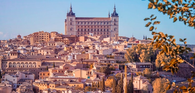 Toledo, spagna. vista crepuscolare della città antica toledo in castilla la mancha con santa iglesia catedral e alcazar, punto di riferimento della spagna.
