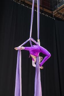 Togliatti, russia - 25 luglio 2021: gara di ginnastica aerea tra ragazze.