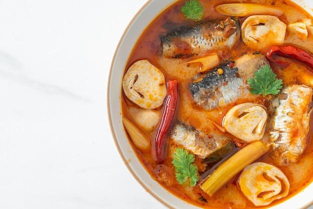 Sgombro in scatola tom yum in zuppa piccante - stile di cibo asiatico