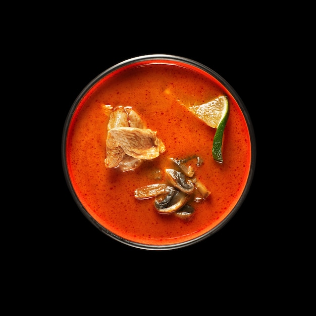 Divieto di tom yum gai, zuppa di pollo piccante e acida, vista dall'alto su sfondo nero per il menu