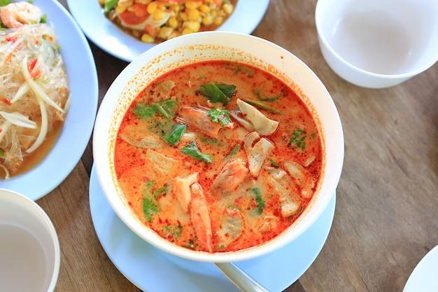 Tom yum goong è la famosa zuppa thailandese con peperoncino, gamberi, funghi, citronella, limone e galanga. cibo thailandese