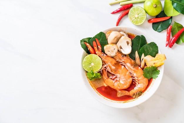 Zuppa acida piccante di tom yum goong