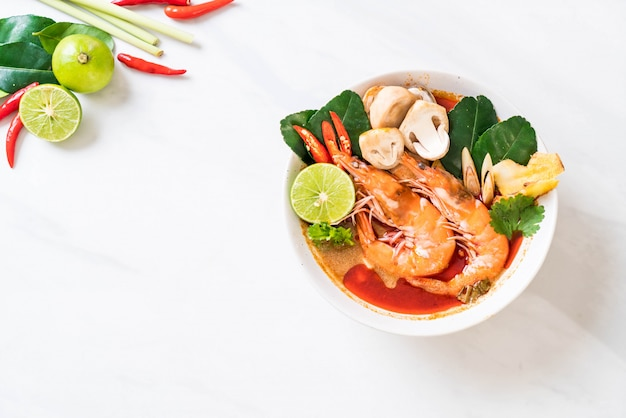 Zuppa piccante di tom yum goong piccante