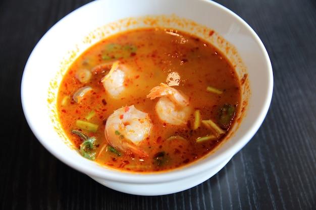 Zuppa tom yum zuppa di gamberi piccante tradizionale tailandese