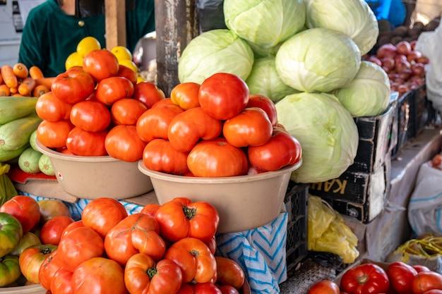 Pomodori, cavoli e altre verdure nel mercato. cibo.