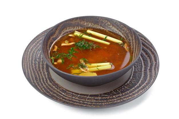 Zuppa di pollo al pomodoro in una ciotola isolata su bianco