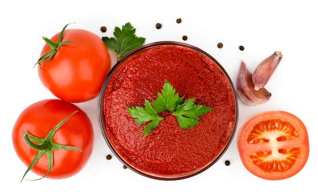 Passata di pomodoro in un piatto di vetro, pomodori, aglio e pepe