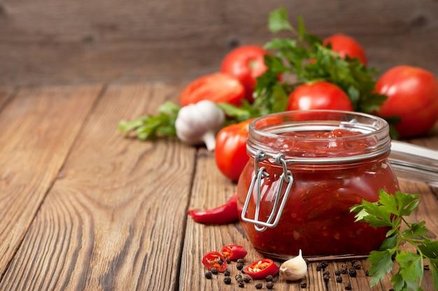 Salsa di pomodoro in un barattolo di vetro