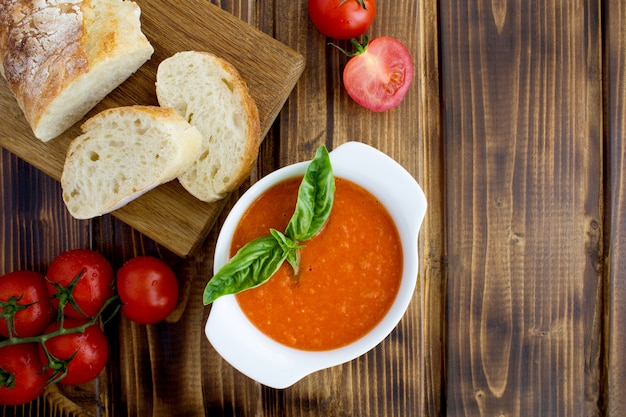 Zuppa di pomodoro nello spazio bianco della copia di vista superiore della ciotola