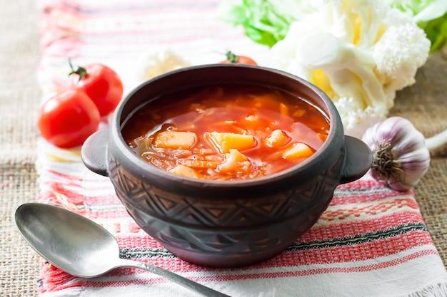 Zuppa di pomodoro con cavolo e cavolfiore