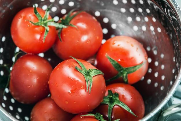 Raccolta fresca dei pomodori lavata in uno scolapasta