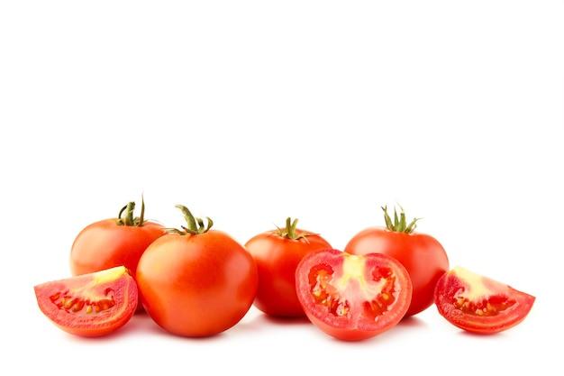 Pomodori isolati su sfondo bianco