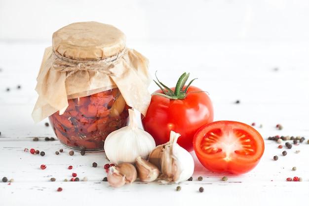 Pomodori nel barattolo. pomodori secchi fatti in casa. chiusura temporanea.